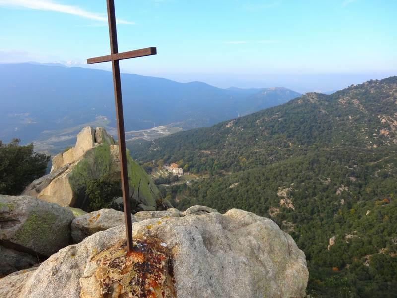 Croix sommitale de Rocaberti et mas Brugat