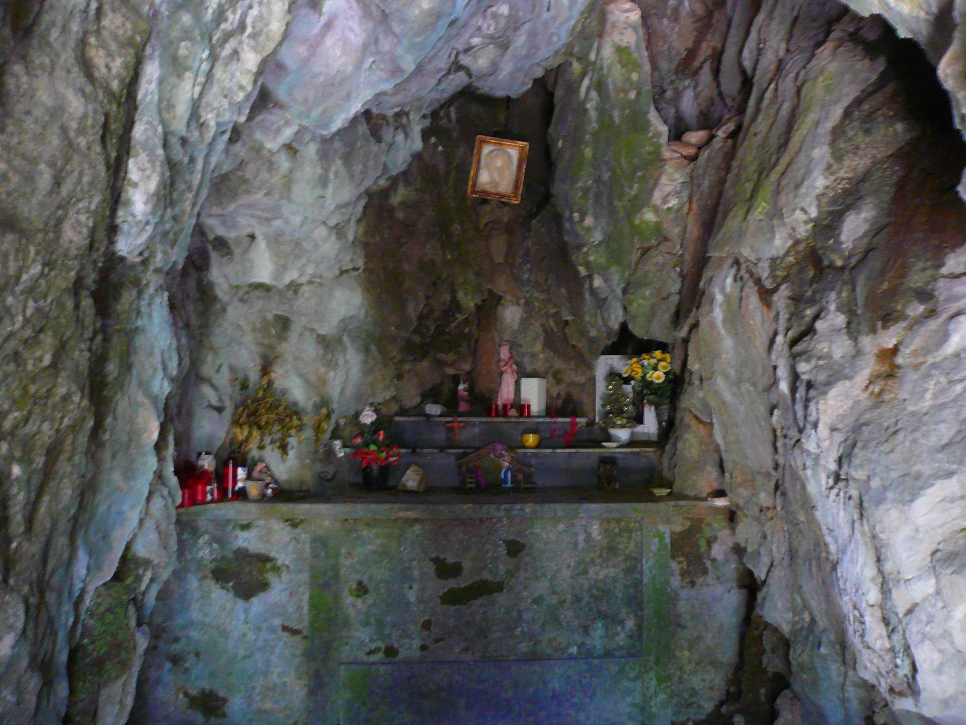 La grotte et son autel