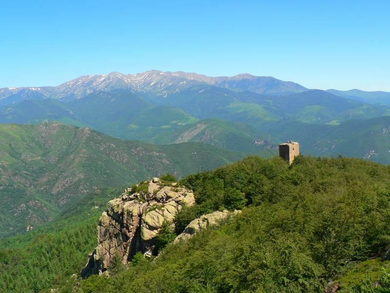 Tour Cabrens et chaine du Canigou
